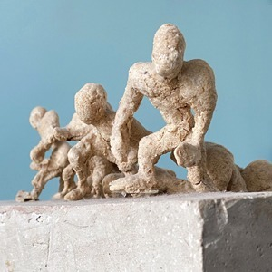Деталь: Владелица галереи Osnova Алена Курмашева и её скульптура — Стиль на Wonderzine