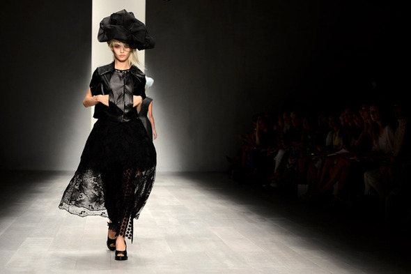 Неделя моды в Лондоне: Показы Issa, Holly Fulton, House of Holland, John Rocha и Moschino — Стиль на Wonderzine