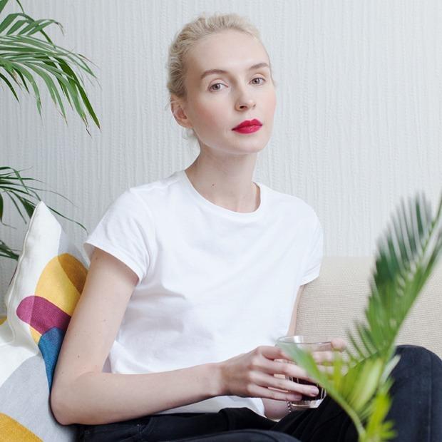Визажистка Виктория Шнайдер у себя в гостиной — Комната на Wonderzine