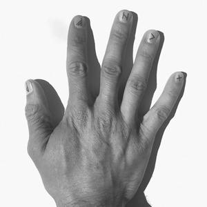 Маникюр на полгода: Маленькие татуировки на ногтях — Тенденция на Wonderzine