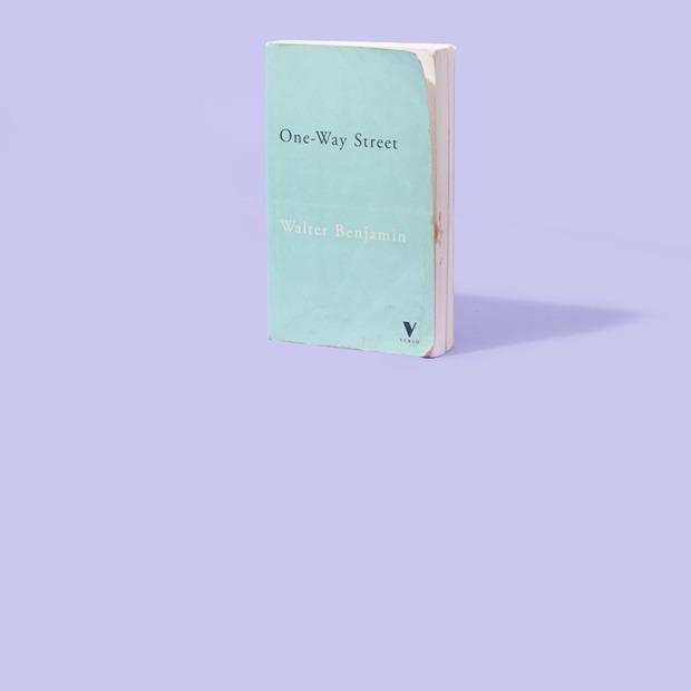 PR-консультант  Анна Дюльгерова  о любимых книгах — Книжная полка на Wonderzine