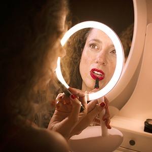 Как поднять настроение в изоляции с помощью макияжа, украшения дома и не только — Стиль на Wonderzine