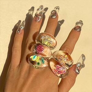 На кого подписаться: Кольца с миниатюрными предметами внутри — Стиль на Wonderzine