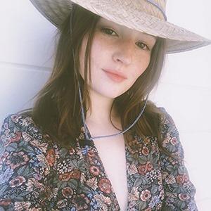 Новое имя: Звезда сериала «Невероятное» Кейтлин Дивер  — Кино на Wonderzine
