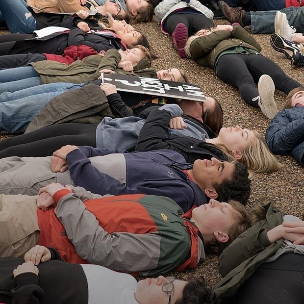 После трагедии: Как люди переживают массовые расстрелы