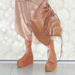 С чем носить сапоги: 8 комфортных образов для работы и не только — Инструкция на Wonderzine