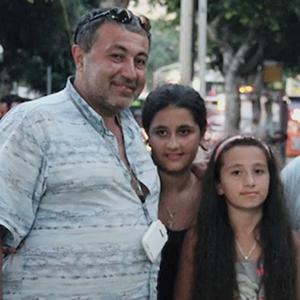 «У детей будет самая лучшая жизнь»: Что мы узнали из документального фильма о сёстрах Хачатурян