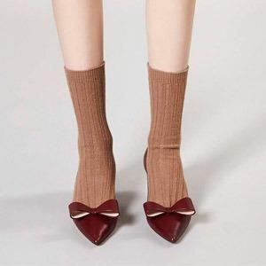 Как это носить:  Босоножки, клоги  и лодочки с носками — Стиль на Wonderzine