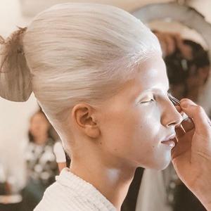 Голография и монохром: 5 модных макияжей на Неделе моды в Нью-Йорке — Красота на Wonderzine