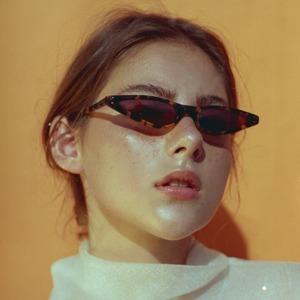 Узкие очки: Элегантный тренд из 90-х — не только для шпионов