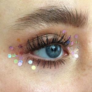 Блёстки в макияже: На губах, веках, бровях и не только — Тенденция на Wonderzine