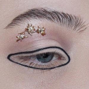 Это ещё цветочки: Макияж из лепестков — Тенденция на Wonderzine