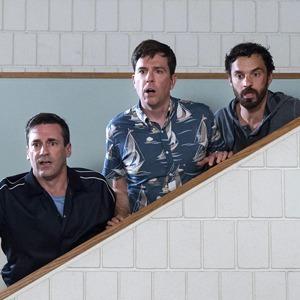 «Ты водишь!»: Джереми Реннер и Джон Хэмм играют в салочки в главной комедии лета — Кино на Wonderzine