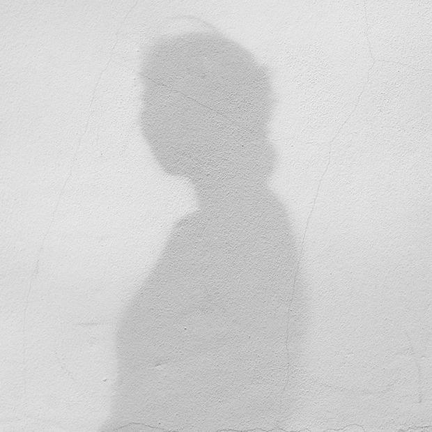 «Я наткнулась на алтарь из своих фотографий»: Женщины о тех, кто их преследовал