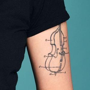 Моя татуировка: Сонграйтер Ксения Жеглая о судьбоносном контрабасе — Красота на Wonderzine