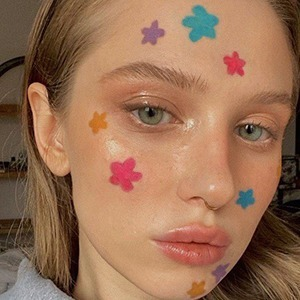 Визажисты снова показывают необычный макияж — для карантина и просто так — Красота на Wonderzine