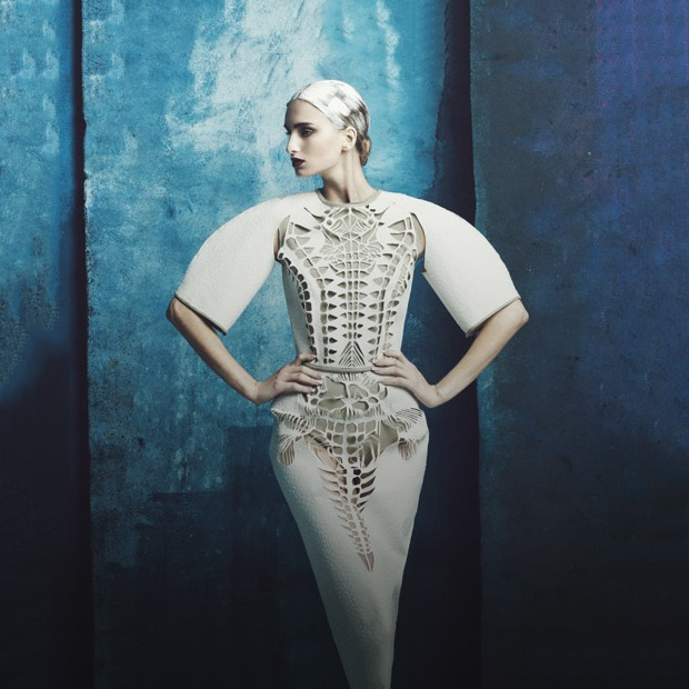 Скульптурные платья с перфорацией Atelier Kikala