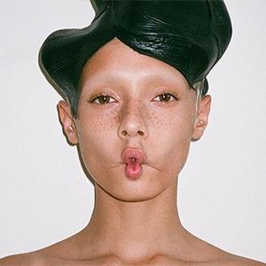 Обесцвеченные и сбритые брови: Любимая тенденция визажистов на подиуме и в жизни  — Тенденция на Wonderzine