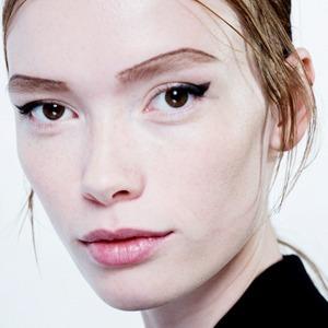 Стрелки, пирсинг, блестки: Самые модные макияжи года — Итоги года на Wonderzine