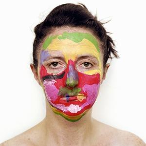 «Неудавшийся реалист»:  Детские рисунки  на лице матери — Фотопроект на Wonderzine