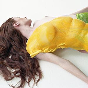 На кого подписаться: Пластичные наряды Шинейд О'Двайер, повторяющие линии тела  — Стиль на Wonderzine