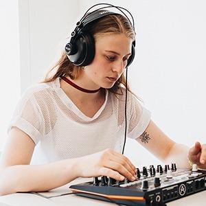 Плейлист: 10 треков участниц II «Параллельной резиденции» для девушек — Музыка на Wonderzine