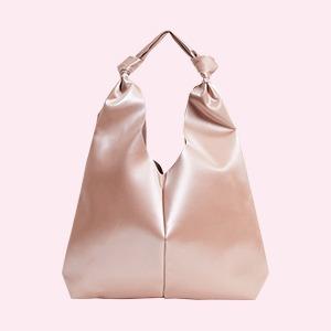 Баулы, круассаны и корзинки: 25 самых модных сумок на лето