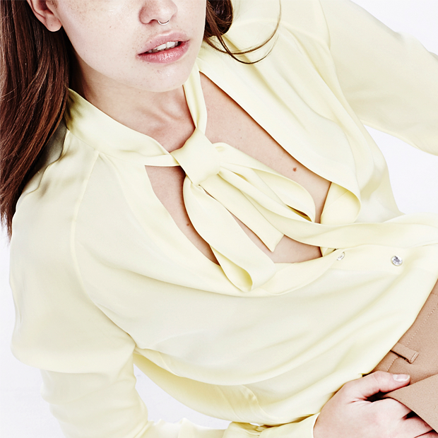 Что носить осенью:  7 женственных  блуз с бантом — Съемки на Wonderzine