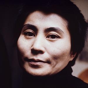 «Самая известная из неизвестных художниц»: Что нужно знать о Йоко Оно и её искусстве