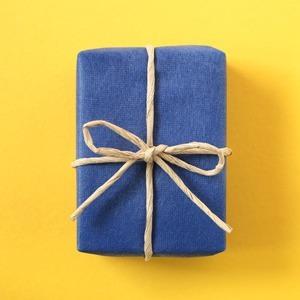 Как упаковывать подарки: 10 видеоуроков — Жизнь на Wonderzine