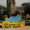 «Нам тоже нужна крыша»: Бездомные вышли на митинг у Нотр-Дама