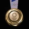 Организаторы Олимпиады показали медали из смартфонов