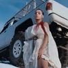 Charli XCX уничтожает белые автомобили в клипе «White Mercedes»