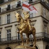 Памятник Жанне д'Арк  в Париже украсили протестным беларуским флагом