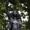 Художник поставил статую протестующей вместо памятника Колстону в Бристоле — её убрали через день