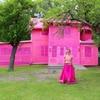 Художница обвязала целый дом розовой шерстью в знак поддержки беженцев