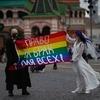 На Красной площади задержали трансгендерного мужчину с женой, выступивших в поддержку ЛГБТКИА+