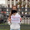 Журналистки вышли на одиночные пикеты к зданию Минюста в знак протеста против закона об «иноагентах»