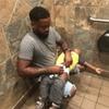 Американец запустил флешмоб о пеленальных столах в мужских туалетах