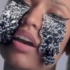 Ники Минаж плачет слезами из фольги в клипе «Pills N Potions»