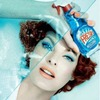 Линда Евангелиста моет окна в рекламной кампании Moschino