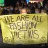 Показ Dior прервала активистка с плакатом «Все мы жертвы моды»