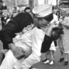 На скульптуре «Поцелуй на Таймс-сквер» написали #MeToo