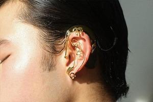 На кого подписаться: Трансгендерный художник Челла Мэн, придумавший каффы для слуховых аппаратов