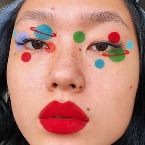 Распознавание лиц: Как люди прячутся от камер с помощью макияжа
