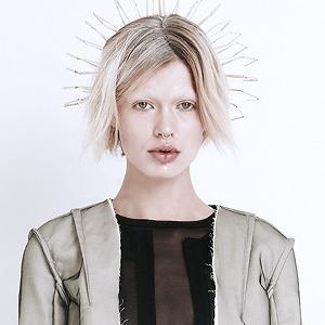 Phoebe English: Сдержанная одежда  в духе неоготики