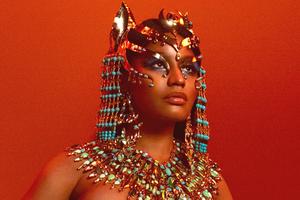 Макияж Ники Минаж на обложке альбома «Queen»