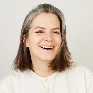 Керамистка и художница Саша Полидовец  о любимых ритуалах, седине и косметике