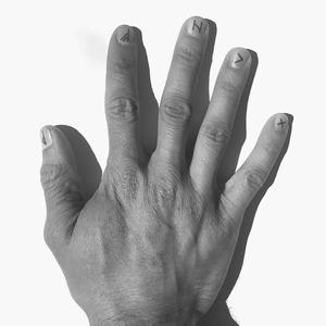 Маникюр на полгода: Маленькие татуировки на ногтях