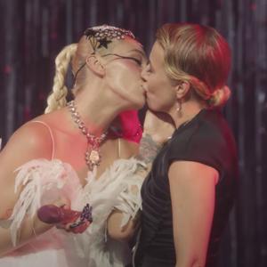 I Kissed A Girl: Почему поцелуи знаменитостей  на сцене — всё ещё фетиш
